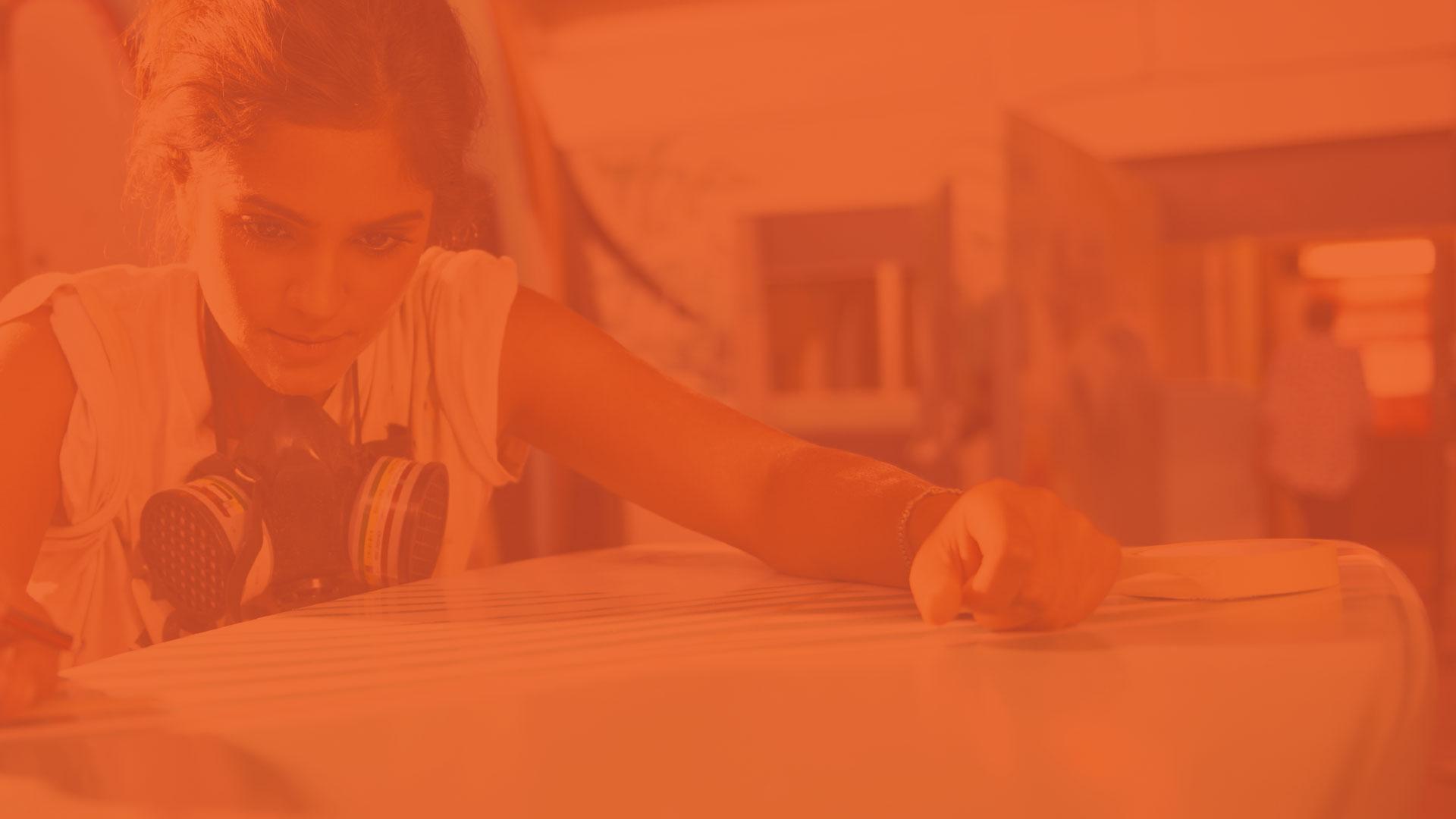 Billede af ung kvindelig iværsætter i arbejde